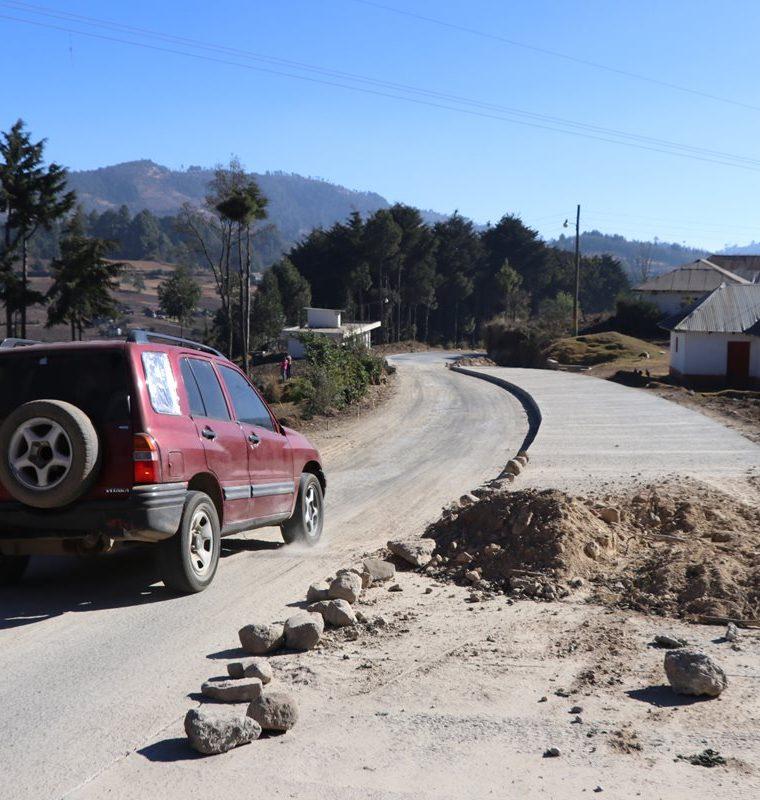 Los vehículos tienen dificultades en dos tramos de San Lorenzo, San Marcos, porque aún no han sido concluidos. (Foto Prensa Libre)