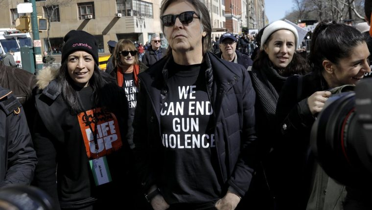Paul McCartney durante la protesta de March for our lives, en Nueva York, donde mencionó a John Lennon (Foto Prensa Libre: EFE).