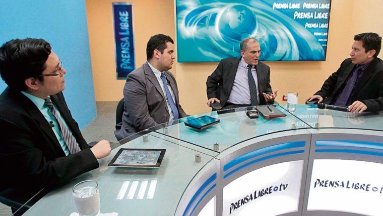 analistas Hugo Novales y Manuel Villacorta —al centro— conversan con los periodistas José Manuel Patzán y Álex Rojas, en el programa Diálogo Libre.