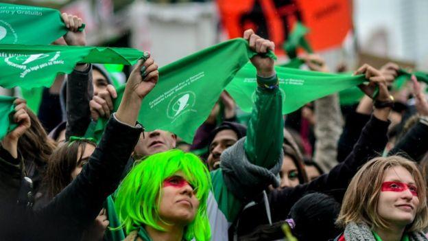 Mientras el Congreso debatía el proyecto en Argentina, manifestantes a favor y en contra se aglutinaron en las afueras del edificio. (AFP)