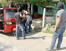 Un grupo de patrulleros registra al conductor de un mototaxi en el ingreso a una comunidad de El Asintal, Retalhuleu.