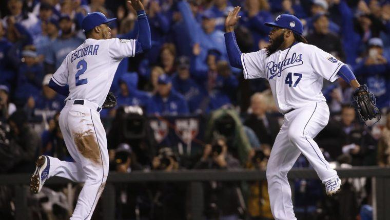 Los jugadores de los Reales, Johnny Cueto (47) y Alcides Escobar festejan el triunfo de su equipo frente a los Mets. (Foto Prensa Libre: AP)