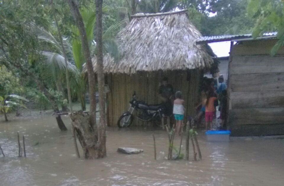 En la comunidad El Mirador, Sayaxché, Petén, varias viviendas fueron anegadas por las inundaciones. (Foto Prensa Libre: Conred)