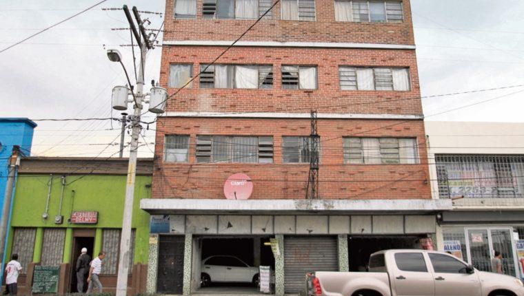 Este es el edificio que registró la Fundación contra el Terrorismo Mediático como su sede en la zona 1, pero no se halló la oficina. (Foto Prensa Libre: Érick Ávila)