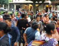Algunos de los vendedores que fueron desalojados en la ciudad colonial. (Foto Prensa Libre: Renato Melgar).