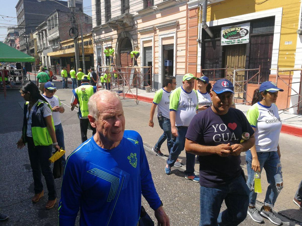 Alcalde Álvaro Arzú observa la jornada de revitalización de la novena avenida de la zona 1 capitalina. (Foto Prensa Libre: Óscar Rivas)
