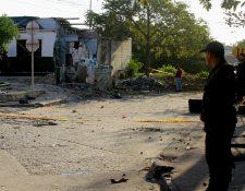 Investigadores revisan el lugar donde explotó un artefacto el domingo, en Barranquilla, Colombia. (Foto Prensa Libre: EFE)