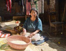 María Tax, en la cabecera de Totonicapán, espera que cuatro de sus hijos la visiten esta Navidad. (Foto Prensa Libre: Lucero Sapalú)