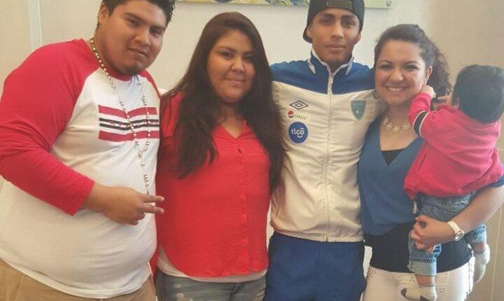 El seleccionado Luis Martínez recibió una grata visita en la concentración. (Foto Prensa Libre: ACD)