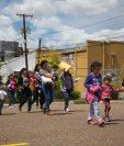 Organizaciones y oenegés de EE. UU. se suman a la tarea de ayudar a familias separadas por las políticas migratorias de Donald Trump. (Foto Prensa Libre: AFP)
