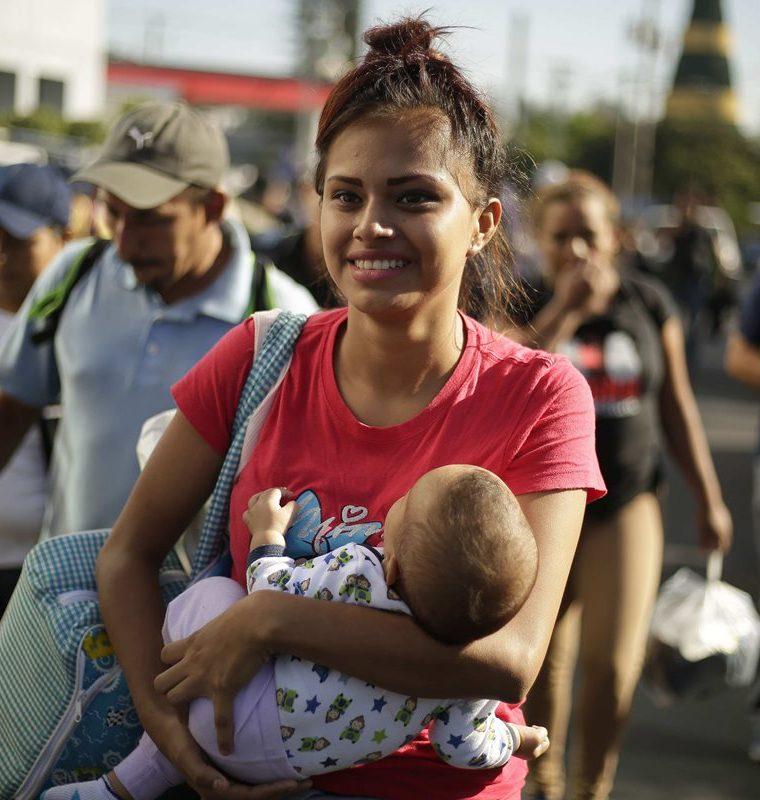 Familias se preparan para emprender el peligroso viaje hacia Estados Unidos. (Foto Prensa Libre: EFE)