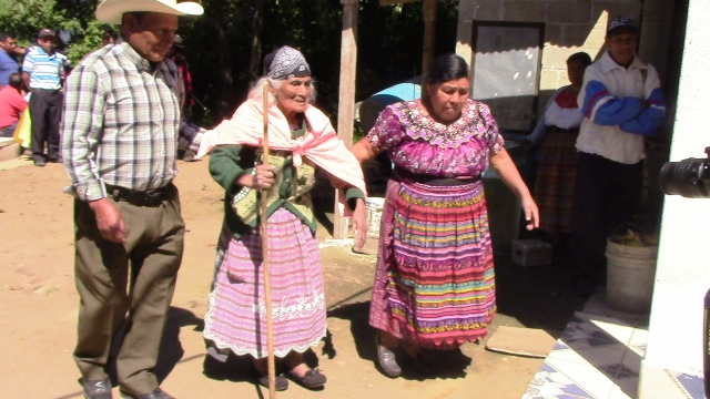La anciana era ayudada por familiares, para trasladarse. (Foto Prensa Libre: Hemeroteca PL).