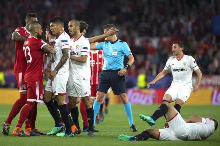 Jugadores del Sevilla y el Real Madrid discuten después de una entrada fuerte contra un jugador del cuadro español. (Foto Prensa Libre: AFP)