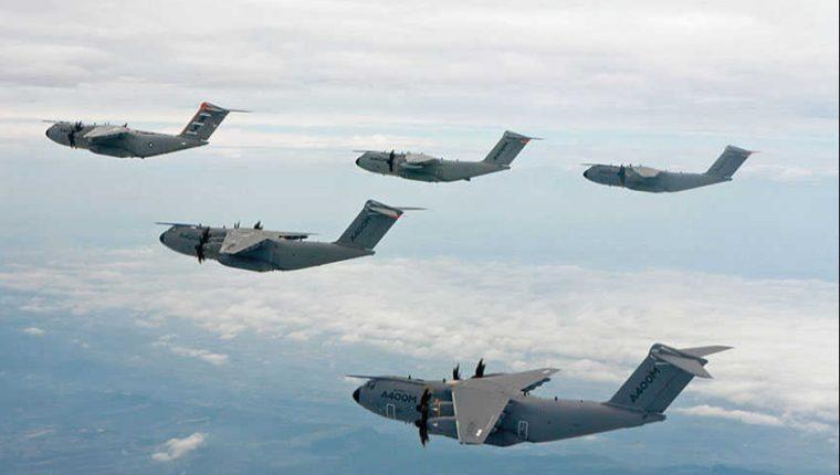 Vuelo de formación de cinco aviones de Airbus militar A400M.