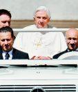 Benedicto XVI durante un acto público en 2010; le acompaña de copiloto su mayordomo. (Foto Prensa Libre: EFE)