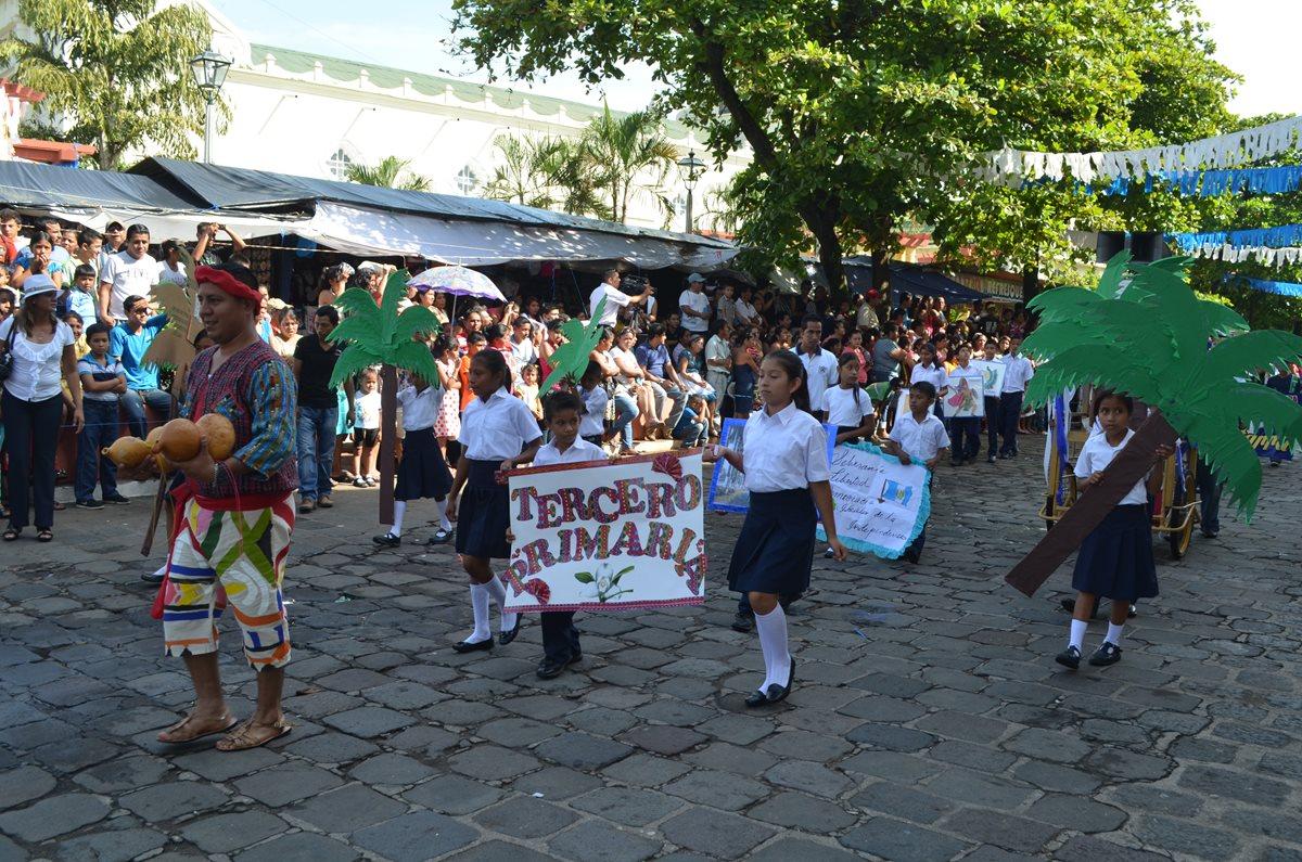 Estudiantes de Retalhuleu muestran civismo