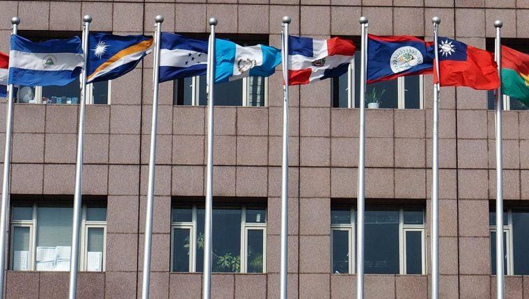Fotografía donde se observa la bandera nacional de El Salvador (izquierda) fuera del Barrio Diplomático, que alberga embajadas extranjeras y misiones comerciales, en Taipéi, Taiwán. (Foto Prensa Libre: EFE)