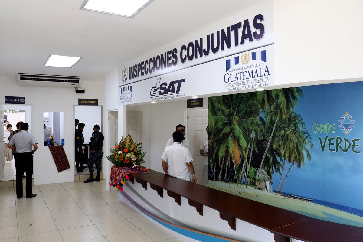 Varias instituciones coordinadas por aeronautica civil cuantan con modulos en la terminal aerea de Puerto Barrios, Izabal. (Foto Prensa Libre: Dony Stewart)