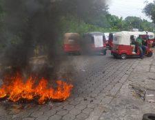 Llantas arden durante la protesta en Samayac. (Foto Prensa Libre: Cristian Icó Soto)