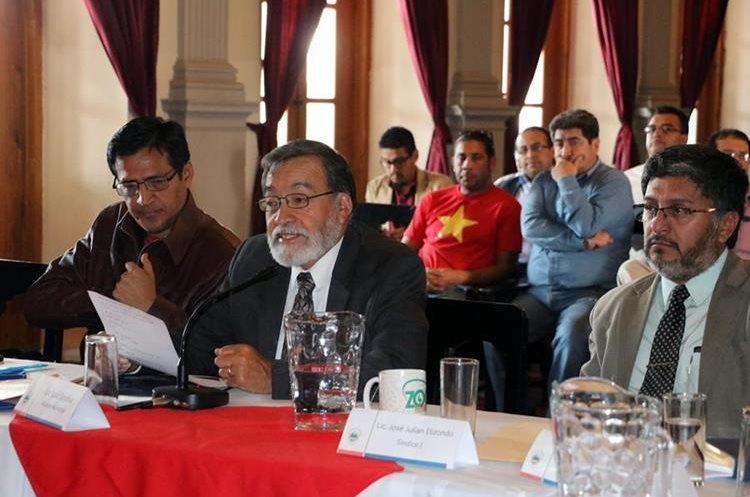 El alcalde Luis Grijalva (centro) afirmó que sancionarán a los responsables de haber autorizado la actividad. (Foto Prensa Libre: Hemeroteca PL)