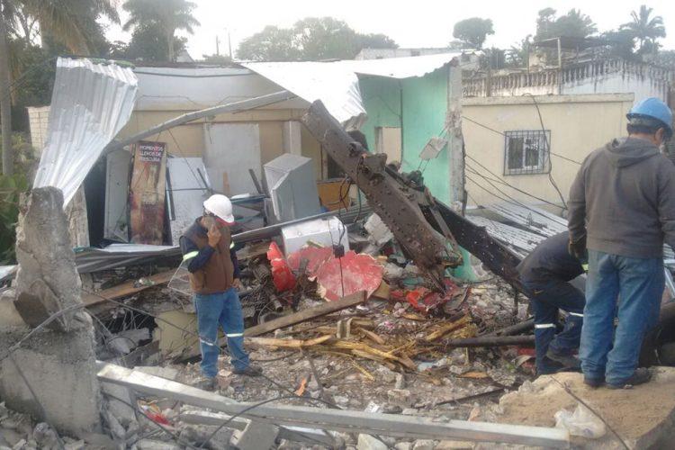Personas retiran los escombros que dejó el accidente.