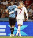 Cristiano ayudó a Cavani a salir del campo luego de que el uruguayo se lesionara en el partido contra Portugal. (Foto Prensa Libre: EFE)