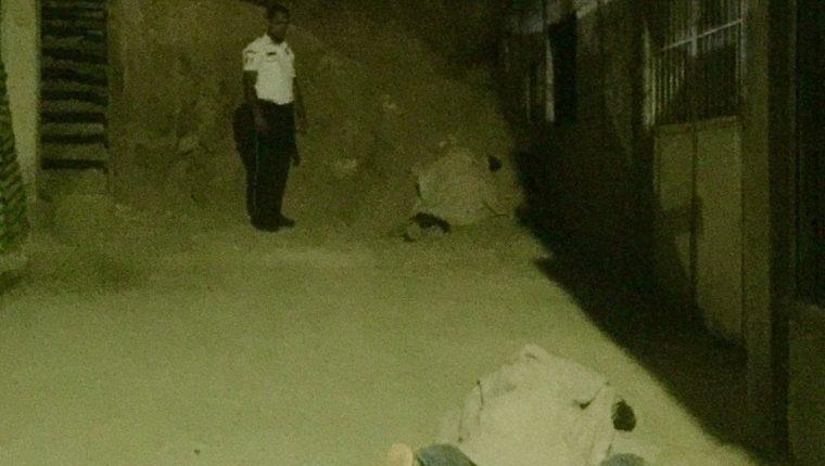 Ataque armado dejó dos hombres muertos en colonia Valle Verde, Boca del Monte. (Foto Prensa Libre: Bomberos Voluntarios)