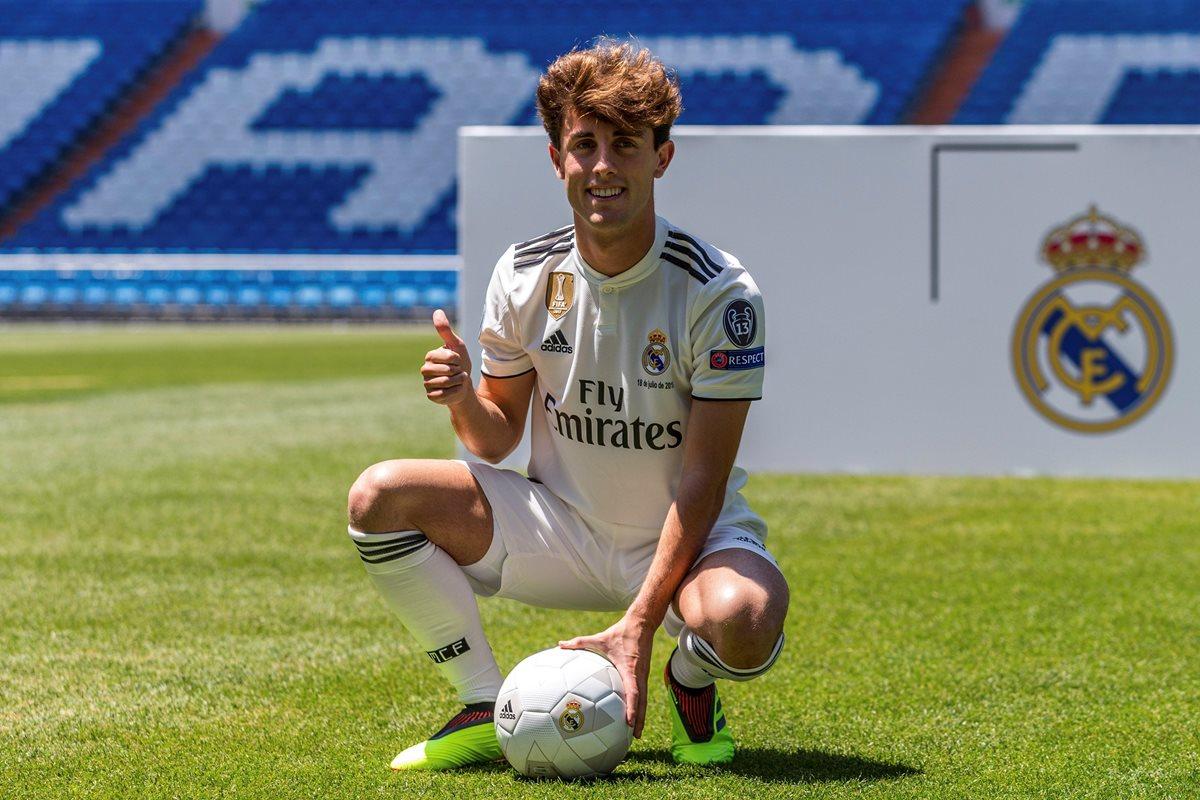 Álvaro Odriozola, durante su presentación con el Real Madrid, en el Santiago Bernabéu. (Foto Prensa Libre: EFE)