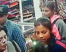 Investigadores policiales analizan imágenes de sistemas de videovigilancia, pues según comerciantes algunas de las personas que aparecen en ellas son las responsables de cometer robos y asaltos. (Foto Prensa Libre: Fred Rivera)