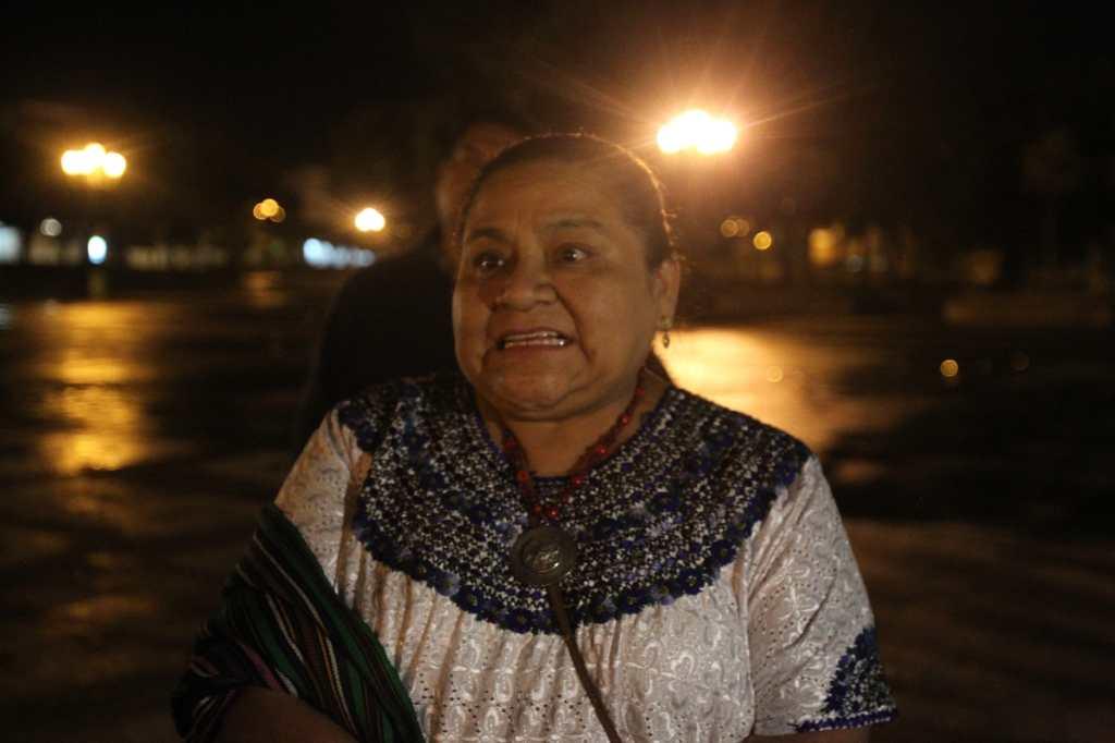 La premio Nóbel Rigoberta Menchú, llego a la plaza de madrugada.