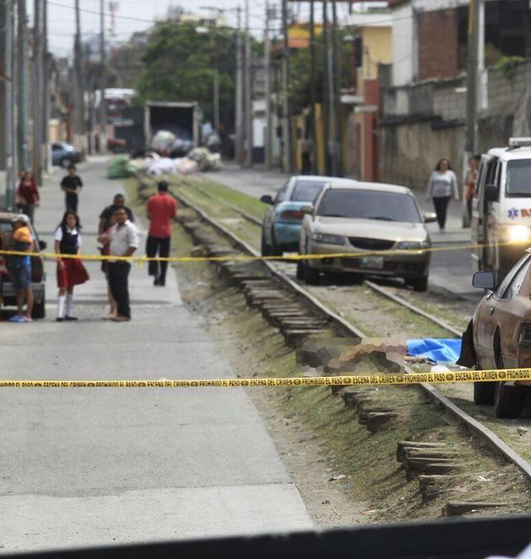 """Mujer asesinada en el sector """"La Línea"""", en la zona 1. Foto Prensa Libre: Carlos Hernández."""