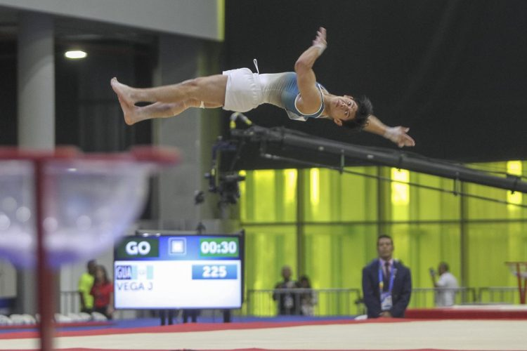 A pesar del dolor en la rodilla derecha, Jorge Vega ejecutó una rutina impecable. (Foto Prensa Libre: Cortesía ACD)