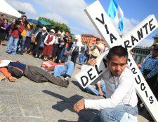 Organizaciones pro migrantes participan del Viacrucis en el Parque Central. (Foto Prensa Libre: Esbin García)