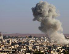 Una columna de humo por bombardeos se eleva en ciudad siria de Daraa. (Foto Prensa Libre: AP)