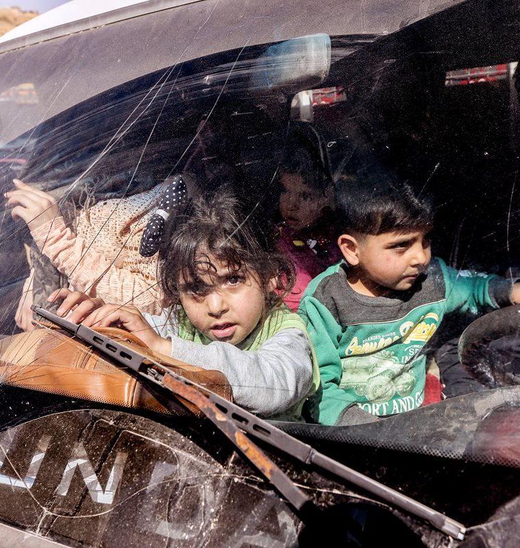 Niños refugiados que esperan ser trasladados por la guerra.  (EFE)
