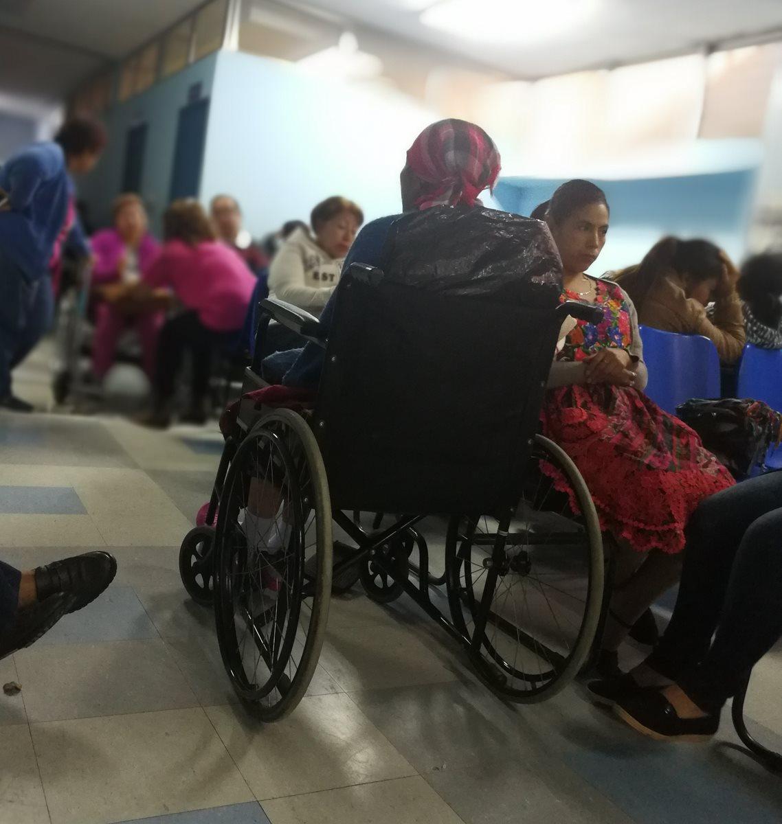 En el área de oncología del Hospital General muchos pacientes han dejado de recibir el tratamiento de quimioterapia por falta de medicamentos. (Foto Prensa Libre: Ana Lucía Ola)