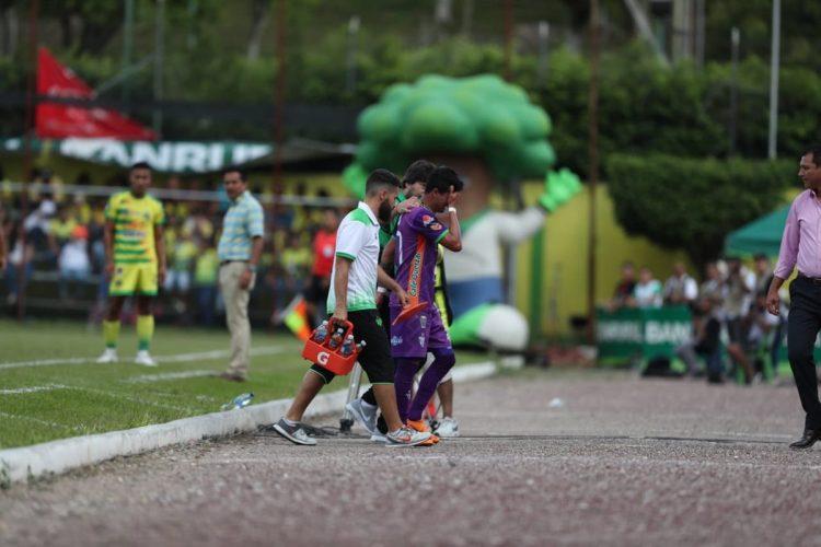 Alejandro 'el Gambetita' Díaz salió del terreno de juego entre lágrimas, por una lesión. (Foto Prensa Libre: Francisco Sánchez)