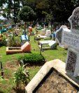 El área para la sepultura bajo tierra en el cementerio de Mixco está saturada. En este pequeño espacio yacen los restos de 183 personas. (Foto Prensa Libre: Carlos Hernández)