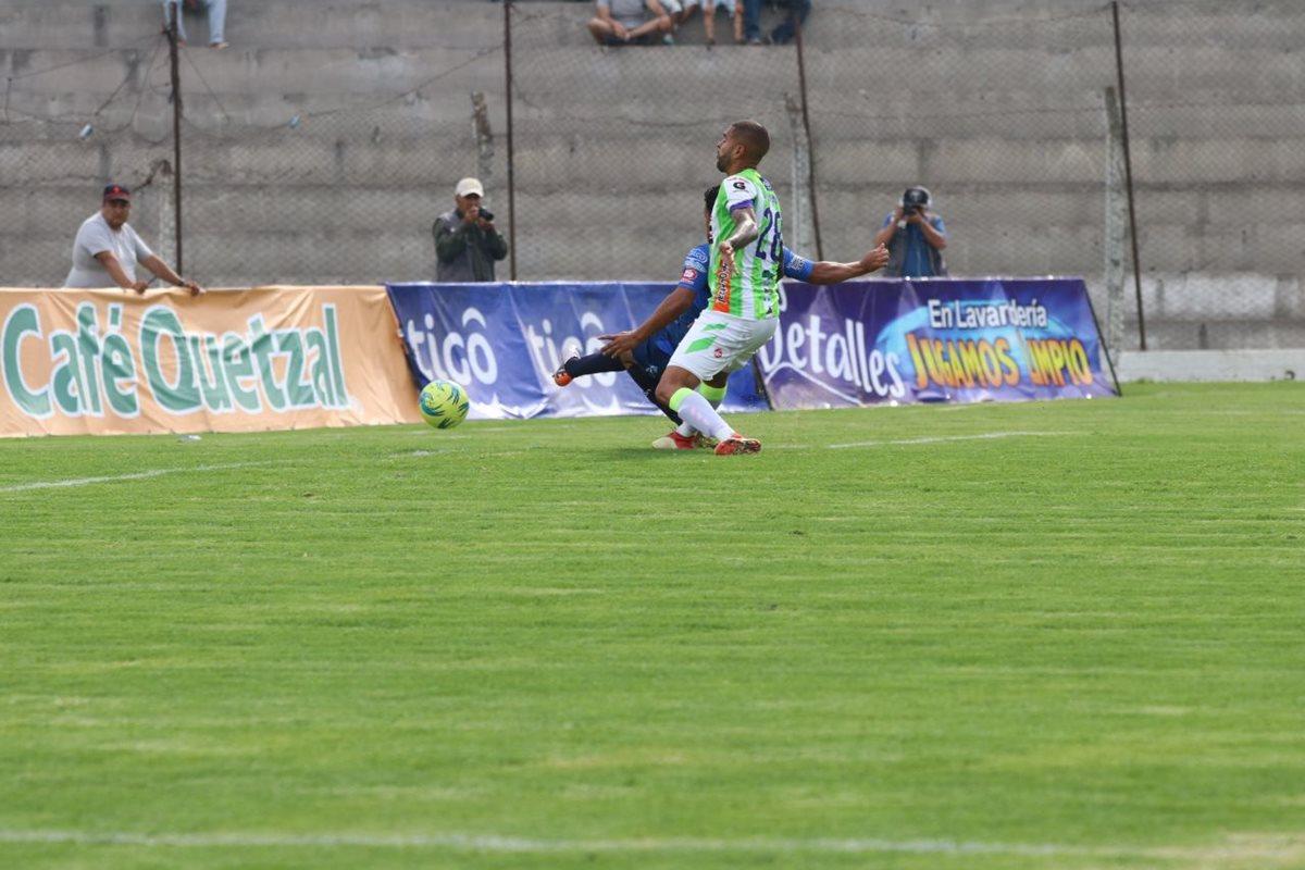 German Esquivel remata con la marca de Allan Miranda de Antigua para el 1-0.