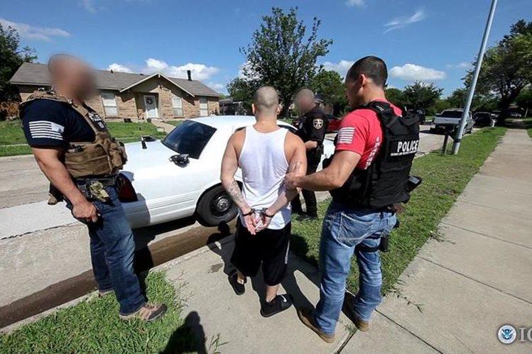 Oficiales de ICE realizan la identificación de los detenidos a través de las huellas dactilares. (Foto HemerotecaPL)