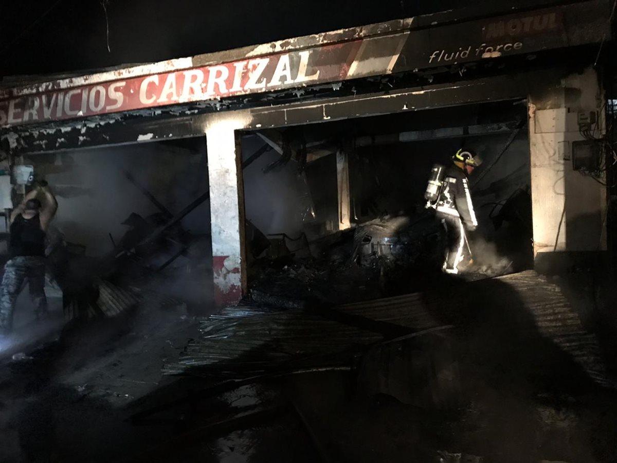 Pese al esfuerzo de los socorristas por apagar el fuego, este se extendió con rapidez. (Foto Prensa Libre: Dony Stewart)
