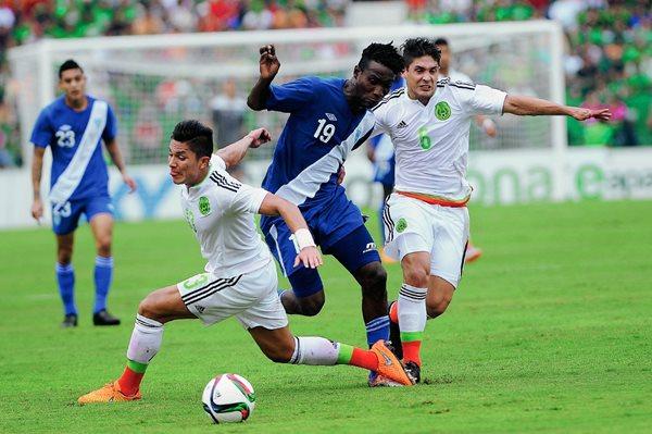 Juego amistoso entre Guatemala y México. Marvin Ávila -centro- pelea por el balón. (Foto Prensa Libre: Óscar Felipe).