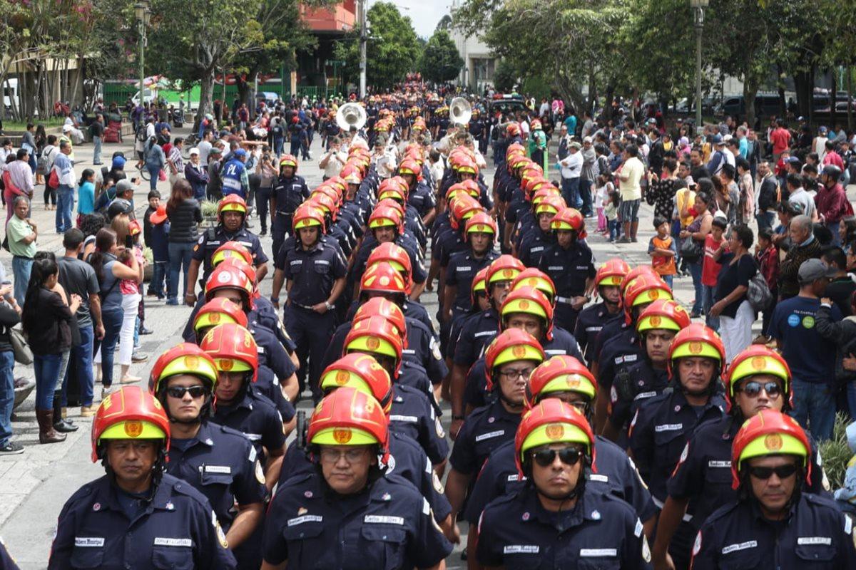 Los Bomberos Municipales desfilaron por el Paseo de la Sexta, zona 1, para conmemorar su 63 aniversario. (Foto Prensa Libre: Esbin García)