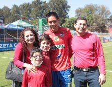 La familia Argueta Gramajo en el estadio Manuel F Carrera. (Foto Prensa Libre: Érick Ávila)