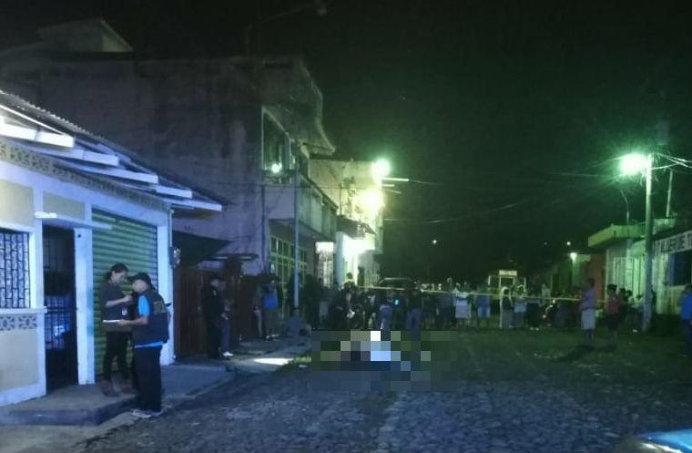 El cuerpo de Edwin Gallegos quedó tendido en una calle de Santa Lucía, Malacatán, San Marcos. (Foto Prensa Libre: Cortesía)