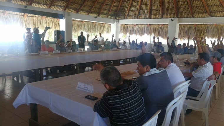 Los dirigentes del futbol guatemalteco durante la Asamblea que se celebró este sábado. (Foto Prensa Libre: Edwin Fajardo)