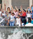 Estudiantes del Liceo Preuniversitario del Sur encienden una antorcha con el fuego patrio, frente al monumento a los próceres de la Independencia, en El Obelisco, zona 10.