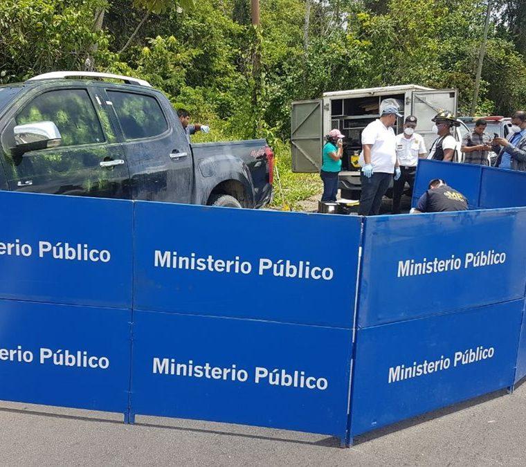 Investigadores del MP trabajan en la escena del hallazgo de los tres cadáveres. (Foto Prensa Libre: Dony Stewart).