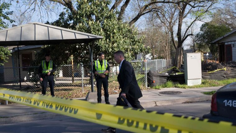 La escena cerca de la calle Galindo en Austin, Texas, donde una mujer de 70 años resultó herida en una explosión. El incidente fue la segunda explosión reportada este lunes.(Foto Prensa Libre:AFP).