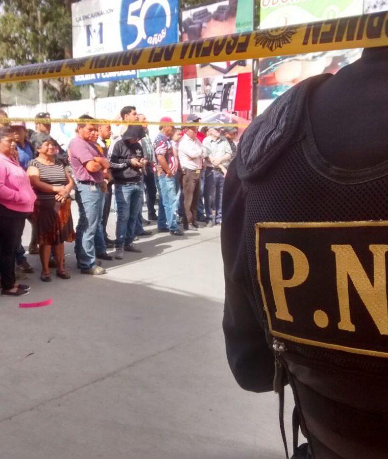 Agentes de la PNC investigan si el sujeto que murió a balazos en la zona 1 de Huehuetenango era delincuente. (Foto Prensa Libre: Mike Castillo)